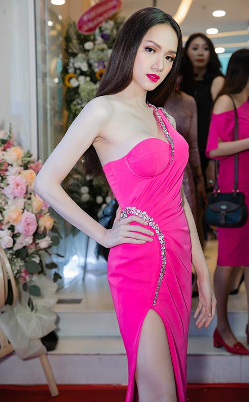 Angela Phương Trinh đổi kiểu tóc búp bế đọ dáng với Hương Giang - 4