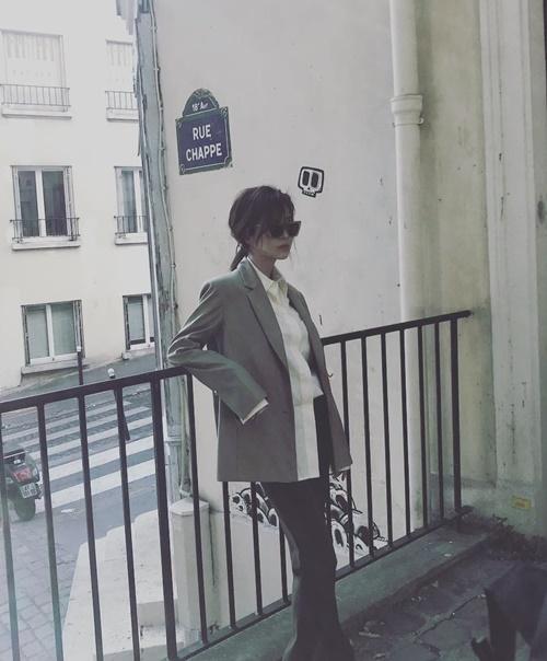 Seo Hyun mặc vest thanh lịch, tạo dáng sang chảnh chụp hình tạp chí ở Pháp.