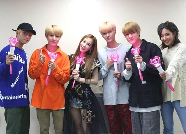 Các chàng trai NCT cũng đi xem concert của tiền bối cùng công ty, chụp ảnh chung trong hậu trường.