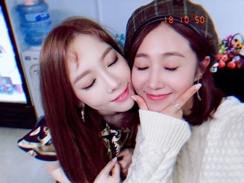 Yuri đến cổ vũ concert solo của Tae Yeon. Hai thành viên SNSD má kề má tình cảm.