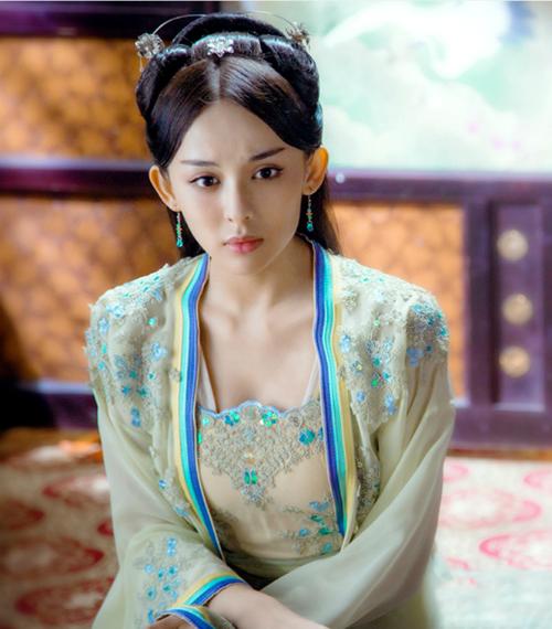Cổ Lực Na Trát sinh năm 1992, tốt nghiệp Học viện Điện ảnh Bắc Kinh. Cô có nhan sắc xinh đẹp nhưng diễn xuất gây tranh cãi.