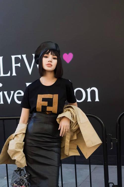 Jolie Nguyễn cũng từng diện chiếc áo phông của Fendi khi tham dự London Fashion Week hồi tháng 4. Thay vì chọn các thiết kế Việt để kết hợp, hoa hậu con nhà giàu tạo điểm nhấn bằng cách mix & match với những món đồ hiệu xa xỉ. Áo thun mix cùng áo khoác củaYCH có giá hơn 139 triệu đồng,váy da phom bút chì của Tom Ford gần 116 triệu đồng và mũ nồi khiến Jolie Nguyễn thêm phần tự tin, nổi bật.