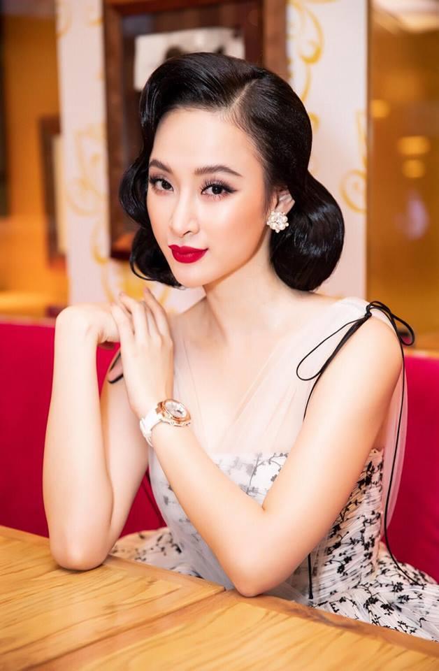 """<p> Từ tóc ngắn đến tóc dài đều được Angela Phương Trinh thử nghiệm. Kể cả những kiểu tóc xoăn cổ điển """"già đanh"""" cũng không thể làm khó cô nàng này.</p>"""