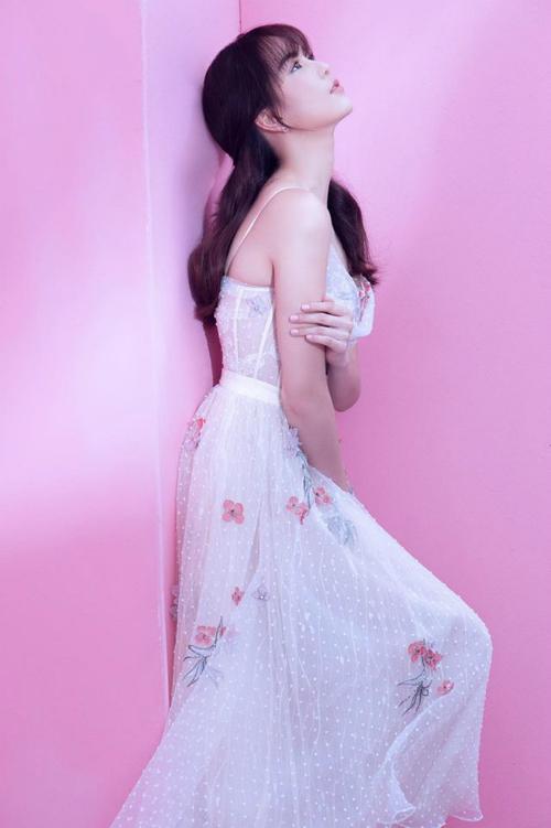 Trước đó, Ngọc Trinh cũng từng diện mẫu váy này trong bộ ảnh chào mừng tuổi 29. Thay vì chọn phong cách gợi cảm như Bích Phương, Ngọc Trinh hướng bản thân theo style ngọt ngào, trong trẻo. Cô make up tone hồng baby và làm tóc vấn nhẹ nhàng.