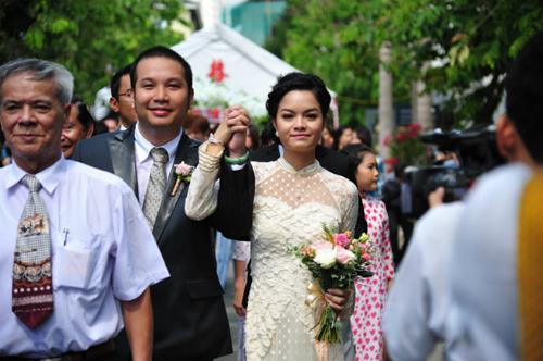 Ngày 10/5/2012, Quang Huy và Phạm Quỳnh Anh chính thức nên duyên vợ chồng. Đám cưới của Quang Huy và bà xã có sự tham dự của hơn 500 khách mời là những bạn bè, đồng nghiệp thân thiết trong làng giải trí và gia đình. Thời điểm đó, giọng ca Bụi bay vào mắt chia sẻ, cô và ông xã đã dành hơn nửa năm để chuẩn bị cho hôn lễ.