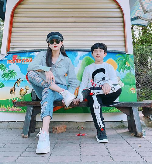 Trương Quỳnh Anh và con trai luôn nhắng nhít bên nhau chẳng khác gì chị em.
