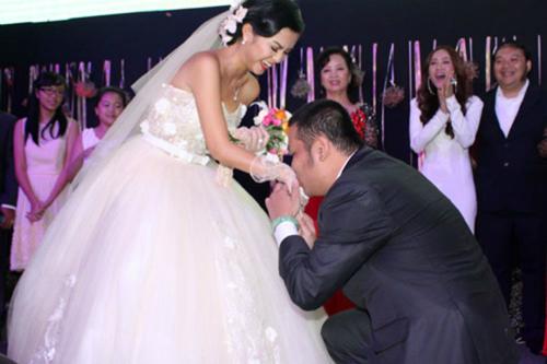 Hình ảnh Quang Huy quỳ gối trao nhẫn cho Phạm Quỳnh Anh được nhiều bạn bè chia sẻ, chúc mừng.