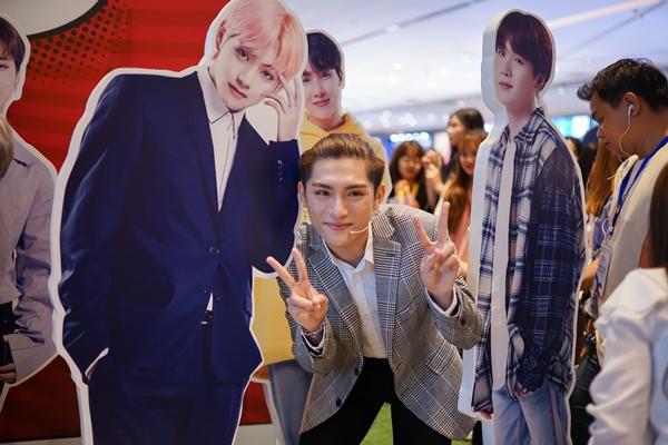 Tại đây, nhóm đã tiết lộ cho fan những cách khám phá Hàn Quốc xinh đẹp bằng công nghệ thực tế ảo VR, chụp hình lấy liền chuẩn Hàn Quốc, pose hình với không gian trưng bày tượng kích thước thật của các thành viên nhóm nhạc BTS. Nhóm cũng bày tỏ sự mến mộ với nhóm nhạc nam đình đám xứ kim chi khi được đồng hành chung trong hoạt động này.