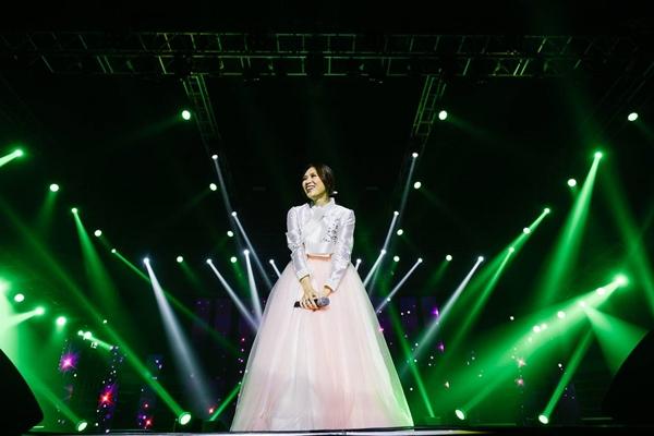Mỹ Tâm diện hanbok trình diễn trong liveshow tại Hàn Quốc mới đây.
