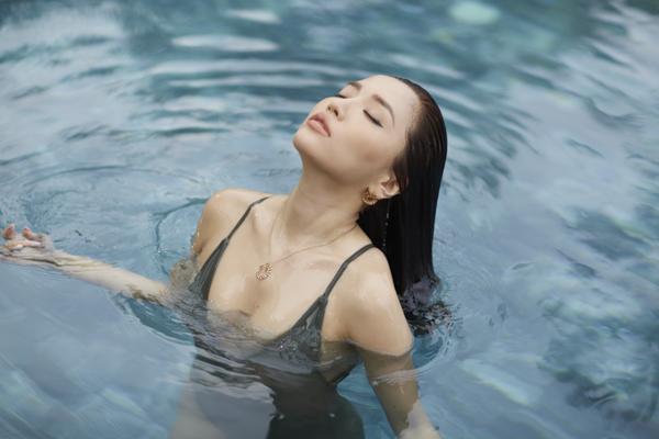 Phần hình ảnh gợi cảm của Bích Phương trong MV là sự thú vị. Lần đầu tiên, nữ ca sĩ khai thác tối đa lợi thế hình thể gợi cảm trong những bộ cánh khoét sâu, xẻ đùi cao hay bikini. Đây được xem là cú lột xác ấn tượng nhất từ trước đến nay của Bích Phương.