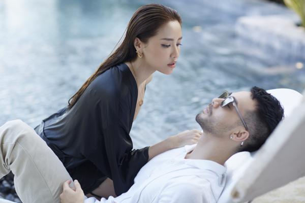 Trong MV, nữ ca sĩ có dịp thể hiện diễn xuất gợi cảm bên trai đẹp.