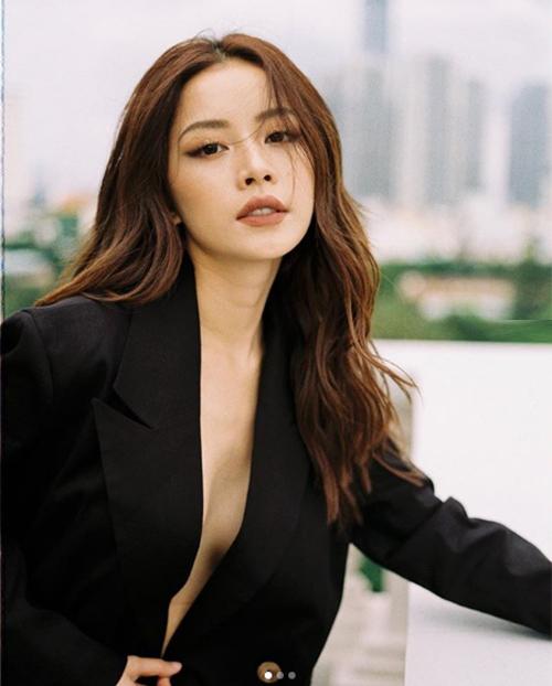 Chi Pu ngày càng táo bạo khi chụp hình, thậm chí không ngại thả rông vòng một, chỉ che hờ hững bằng chiếc áo vest.