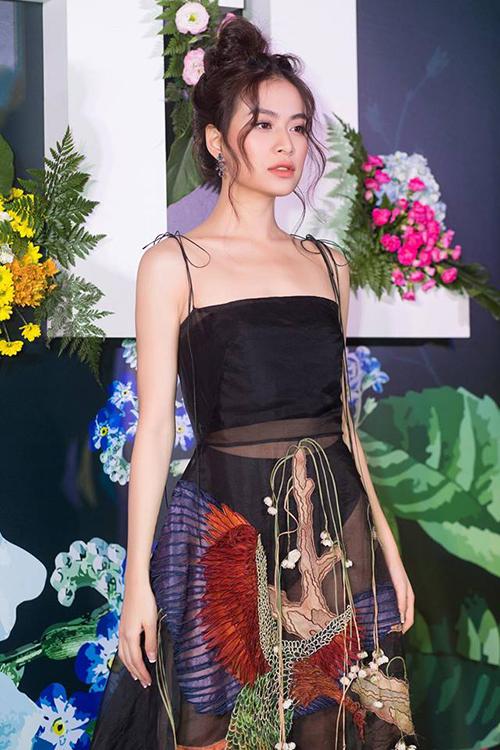 Bên cạnh đó, họa tiết hoa lá thêu trên váy cũng bị nhận xét là dễ gây hiểu nhầm vì nằm ở vị trí khá nhạy cảm.