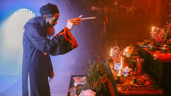 Cảnh ở nhà thầy cúng Ninh khiến khán giả ám ảnh bởi màu sắc.