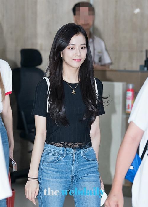 Chẳng hề diện trang phục nổi bật hay có kiểu tóc cầu kỳ, Ji Soo vẫn luôn tỏa sáng.