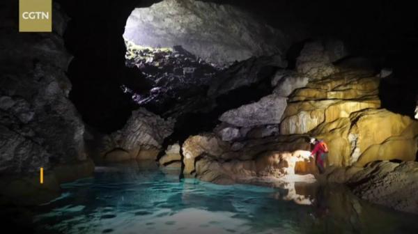 Hang động rộng 6.7 triệu mét khối, lưu trữ các trầm tích như khối đá, cột đá và thạch nhũ.