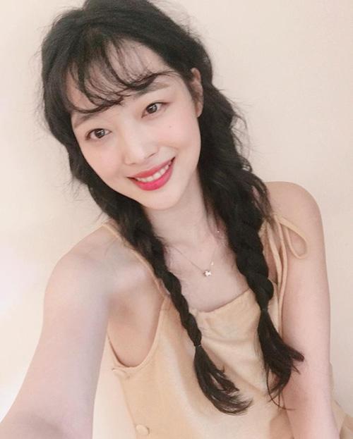 Sulli luôn là người dẫn đầu xu hướng với style tóc, cách trang điểm. Thời gian gần đây, cô nàng tung loạt ảnh selfie cute hết vỡ với kiểu tóc tết hai bên, mái thưa xoăn nhẹ. Phần tóc hơi rối tạo cảm giác tự nhiên, thoải mái.