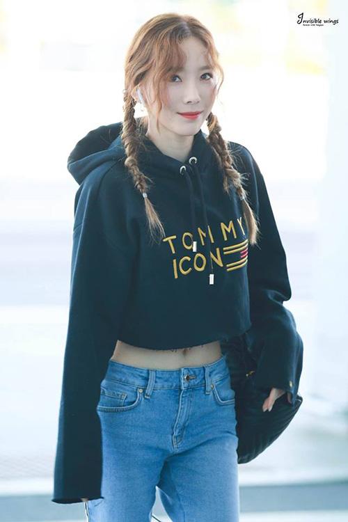 Tae Yeon đã 30 tuổi nhưng vẫn tự tin với tóc2 bên khi ra sân bay. Thành viên SNSD thu hút sự chú ý vì kiểu tết rối lạ mắt.