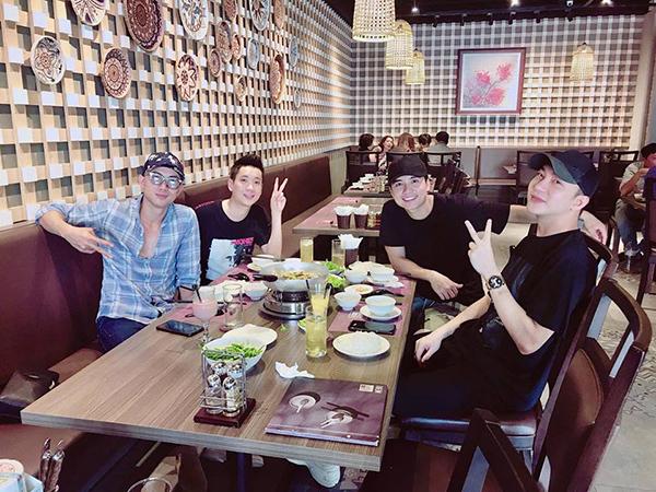 Bộ ba diễn viên của 5S Online một thời Anh Vũ - Mạnh Quân - B Trần tụ tập đi ăn mừng Justatee lên chức bố.