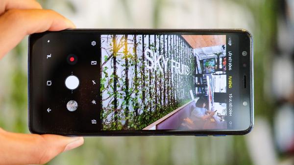 Galaxy A7 cho góc chụp rộng và có chiều sâu, dù người dùng đứng khá gần chủ thể.