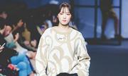 Dàn sao Hàn - Trung đi catwalk: Người khí chất ngời ngời, kẻ bị chê 'rụt cổ'