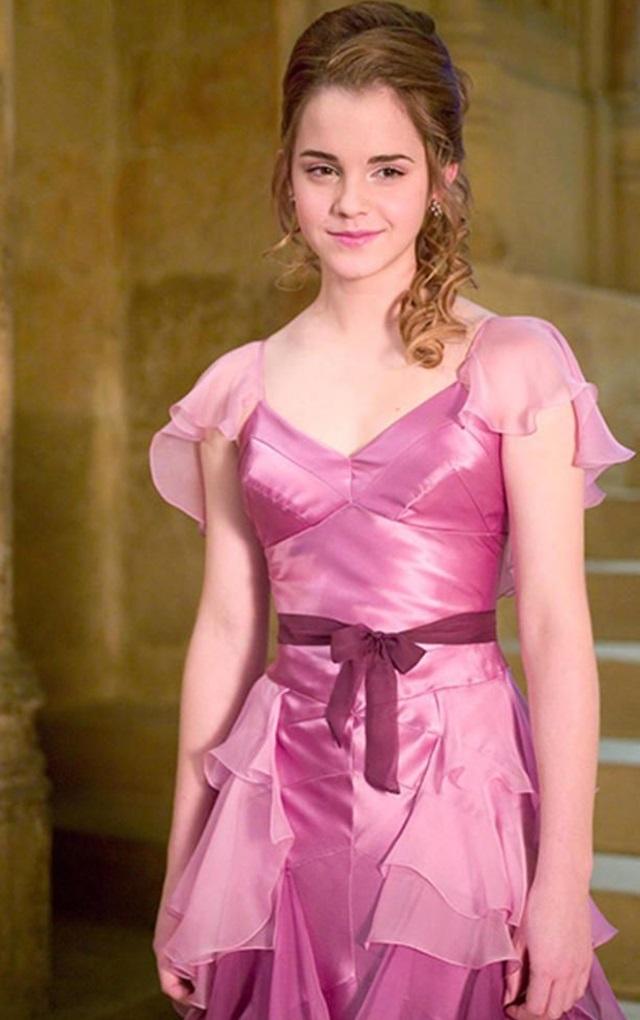 <p> Trong buổi dạ vũ Giáng sinh ở tập phim <em>Harry Potter và chiếc cốc lửa</em>, nàng Hermione (Emma Watson) lần đầu lột xác từ hình tượng cô bé đáng yêu thành một thiếu nữ trưởng thành. Tất cả các nàng phù thủy đều lu mờ khi Hermione xuất hiện trong bộ váy phớt hồng tuyệt đẹp cùng kiểu tóc đuôi ngựa quyến rũ.</p>