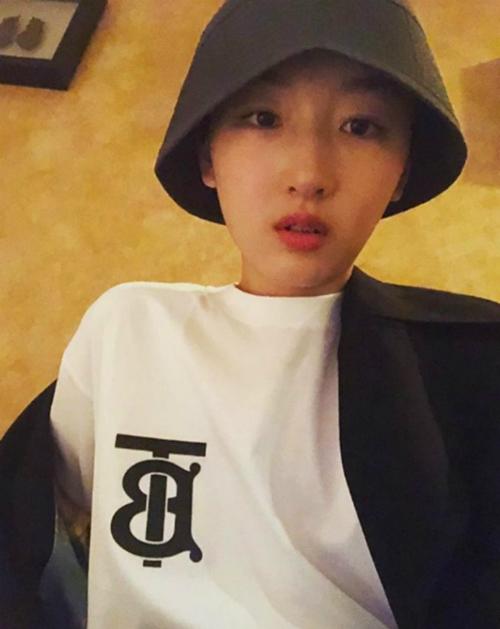 Châu Đông Vũ thường xuyên sử dụng chiếc áo này trong street style đời thường. Hướng bản thân theo style unisex, cô kết hợp áo phông cùng mũ bucket và áo khoác ngoài chất liệu nỉ.