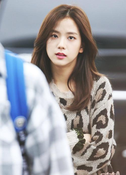 Nhận thấy mình hợp với kiểu tóc dài, Ji Soo gần như chưa bao giờ cắt tóc quá ngắn. Nếu có, cô nàng cũng chỉ tỉa một chút ở đuôi tóc và nhuộm màu sáng hơn để làm mới hình ảnh.