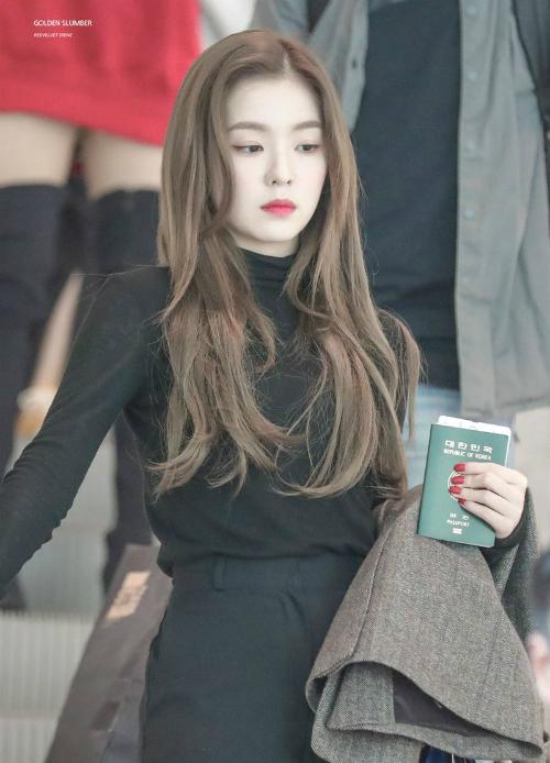 Thời gian gần đây, Irene và Ji Soo nhận được nhiều lời khen ngợi về nhan sắc ngày càng mặn mà. Trên các diễn đàn Kpop, netizen cho rằng hai nữ thần sắc đẹp đều có những khoảnh khắc xuất thần với kiểu tóc truyền thốngbuông xõa tự nhiên.