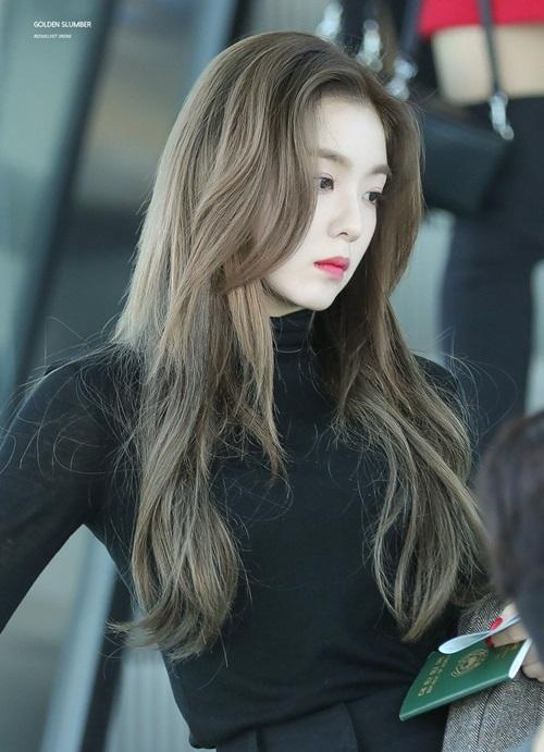 Màu tóc mới của Irene. So với màu tóc đen tự nhiên trước đó, thành viên Red Velvet tạo cảm giác mới lạ nhưng vẫn rất xinh đẹp, dịu dàng với màu tóc nâu này.