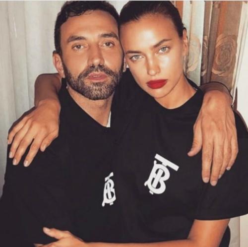 Irina Shayk diện áo đôi Burberry cùng bạn trai.