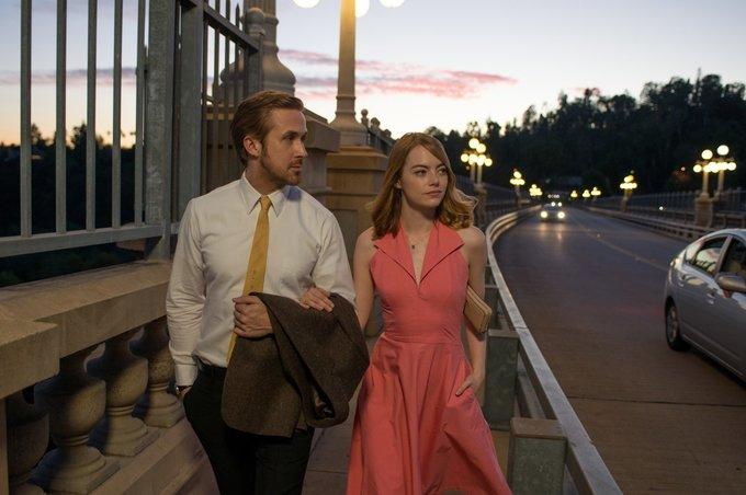 <p> <em>La La Land</em>, tác phẩm điện ảnh gây sốt màn ảnh thế giới 2016, không chỉ thu hút khán giả nhờ cốt truyện hấp dẫn mà còn nhờ phong cách thời trang bay bổng, lãng mạn. Một trong những chiếc đầm đẹp nhất<br /> mà nhân vật Mia (Emma Stone) mặc trong phim chính là bộ váy chữ A cổ bẻ màu hồng dâu ngọt ngào của thương hiệu Halston Heritage.</p>