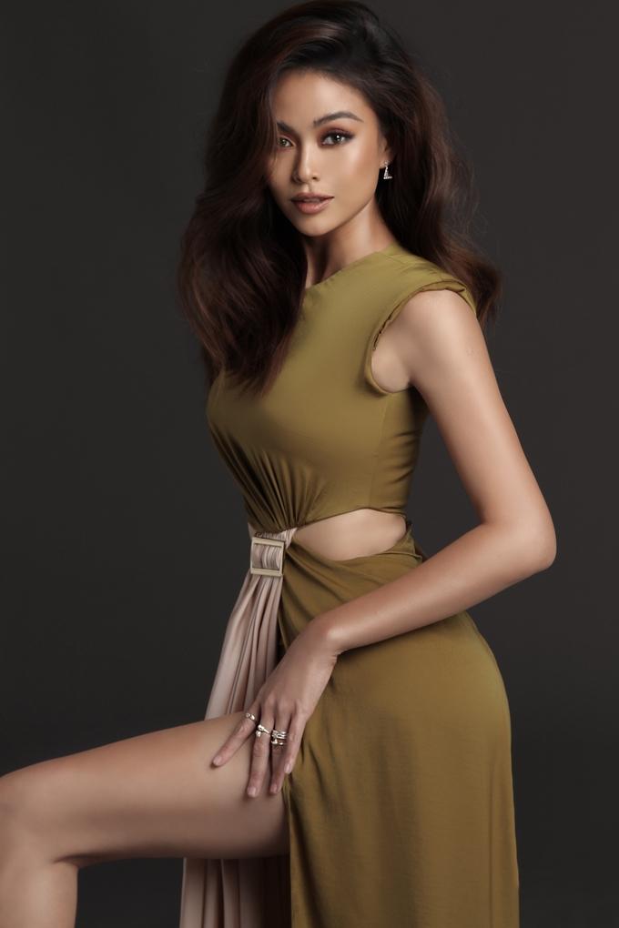 <p> Trong loạt ảnh mới, cô diện trang phục xẻ đùi cao của NTK Lý Quí Khánh để khoe vẻ đẹp hình thể.</p>