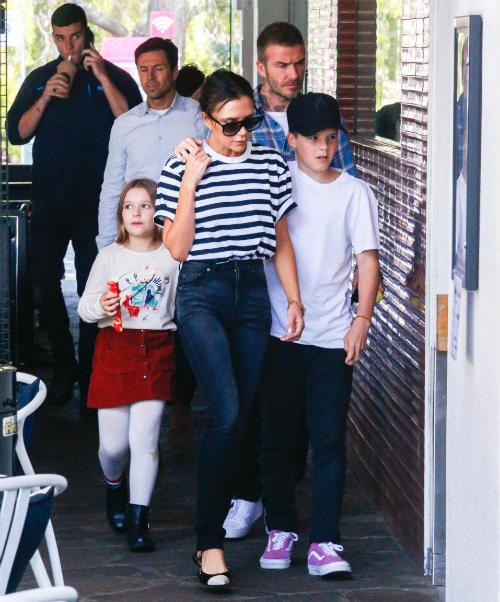 Gia đình Beck-Vic trông khá căng thẳng trong cuộc đi chơitại bãi biển Bondi, Australia, ngày 21/10.