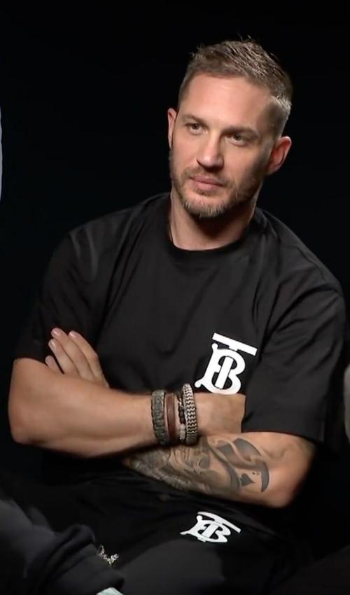 Diễn viên người Anh - Tom Hardy diện chiếc áo nhỏ nhưng có võ này trong một show truyền hình.