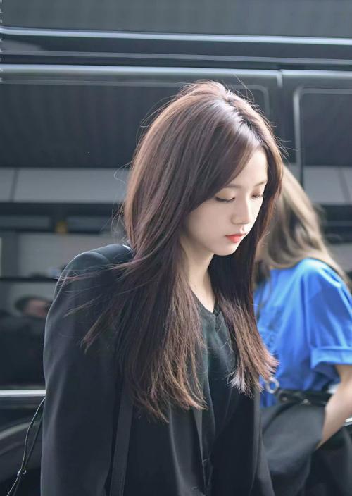 Góc nghiêng thần thành của Ji Soo rất hợp với kiểu tóc dài tự nhiên. Chỉ đơn thuần với mái tóc thẳng, cô nàng toát lên vẻ sang chảnh xen lẫn bí ẩn khiến ai cũng muốn ngắm nhìn.