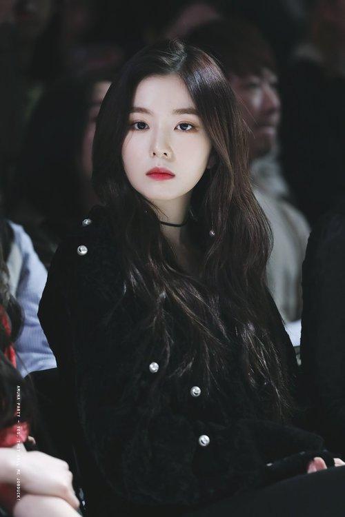Với mái tóc truyền thống đơn giản, nhan sắc của Irene gây choáng ngợp, được khen làgương mặt không góc chết.