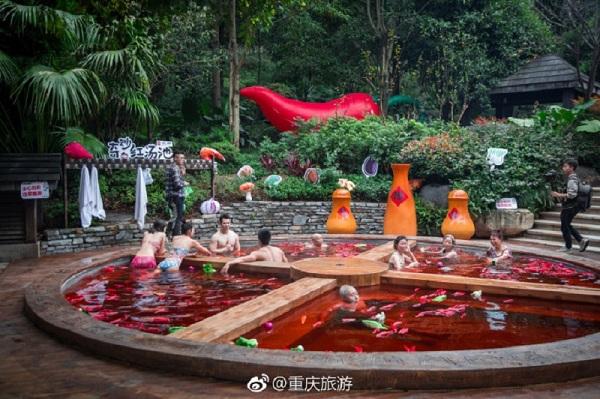 Hồ nước nóng có đường kính gần 7 mét và có hình dạng giống như nồi lẩu kiểu 4 ngăn truyền thống.