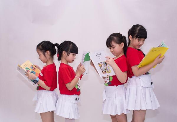 Bộ giáo trình tích hợp kiến thức của 6 môn học bao gồm toán, khoa học, khoa học xã hội, nghệ thuật, sức khỏe và giáo dục thể chất.