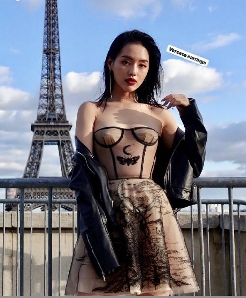 Để hoàn thiện set đồ, Khánh Linh mix cùng chiếc áo da khoác hờ hững và đôi bông tai của Versace.