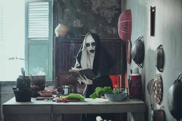 Diễn viên Quang Trung được biết đến với các vai diễn trong parody (phim làm lại) như thầy giáo mưa, anh Thanh Đà Lạt, Tây Phi. Mới đây anh chàng gây bão mạng khi xuất hiện với tạo hình Valak phiên bản Việt Nam.