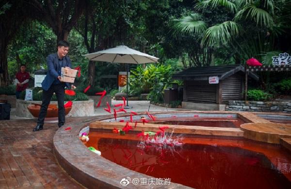 Để làm cho nó trông giống như một nồi lẩu thực sự, người ta nhuộm đỏ nước bằng cách sử dụng nhiều loại thảo dược khác nhau, và trang trí bằng một số loại rau củ giả làm bằng nhựa như ớt và bắp cải.