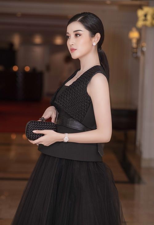 Người đẹp sinh năm 1995gây chú ý khi diện cả cây đencủa nhà thiết kế Công Trí. Bộ váy xoè với phần cách điệu ở eo, kết hợp cùng áo khoác mang lại vẻ ngoài mới mẻ và hiện đại cho nàng Á hậu.