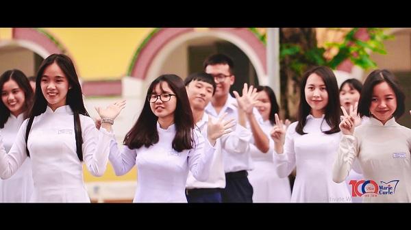 Không thể thiếu những tà áo dài trắng học trò trong sáng, hồn nhiên giúp các nữ sinh khoe vẻ đẹp dịu dàng trên những bước nhảy sôi động