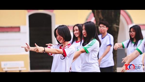 Các bạn học sinh tươi tắn trong chiếc áo thể dục đặc trưng của trường với 3 màu đại diện cho 3 khối lớp 10, 11 và 12.