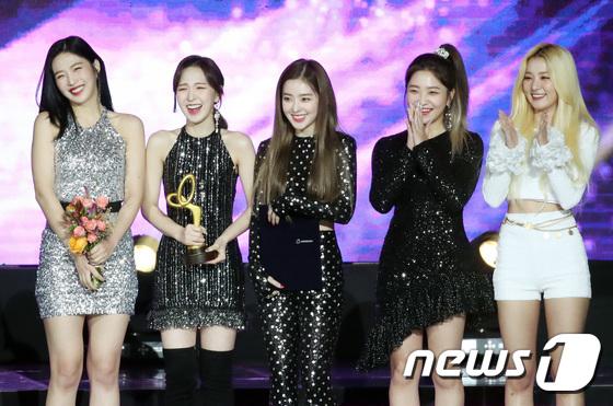 Red Velvet cười rạng rỡ khi được nhận giải thưởng của Bộ Văn hóa. Seul Gi (trang phục trắng) kịp đến để lên sân khấu nhận giải.