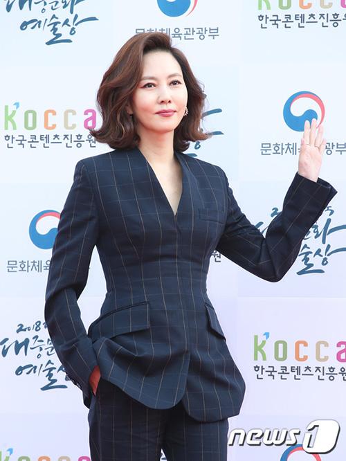 Kim Nam Joo tạo dáng đầy quyền lực trên thảm đỏ2018 Korean Popular Culture and Arts Awards Red Carpet.