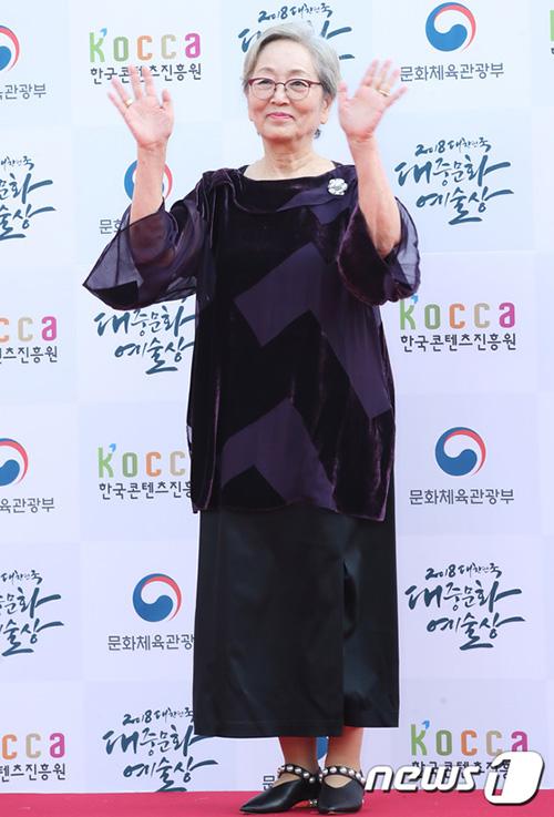 Nữ diễn viên Kim Young Ok đã 80 tuổi vẫn hoạt động thường xuyên trong lĩnh vực điện ảnh.