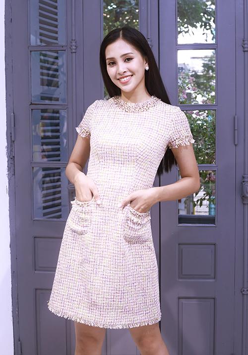 Sau hơn một tháng đăng quang Hoa hậu Việt Nam 2018, Tiểu Vy đang chứng tỏ sự xứng đáng của mình thông qua các hoạt động thiện nguyện ý nghĩa cũng như phong cách thời trang nổi bật khi xuất hiện tại các sự kiện. Mới đây, người đẹp có dịp ghé cửa hàng thời trang của nhà thiết kế Lê Thanh Hòa để nhờ anh tư vấn về cách lựa chọn trang phục phù hợp cho những sự kiện sắp tới.
