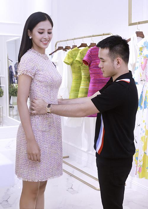 Nếu như thời điểm đăng quang, Tiểu Vy chưa thực sự ấn tượng với công chúng bởi cô chưa biết định hình phong cách thời trang cho mình thì ở thời điểm hiện tại, dưới sự hỗ trợ nhiệt tình của Lê Thanh Hoà, Hoa hậu Việt Nam 2018 đã từng bước thay đổi, hoàn thiện hơn trong mắt công chúng.